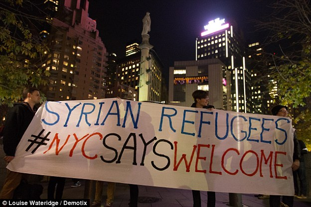 2F42F4B700000578-3355482-A_huge_banner_says_New_Yorkers_welcome_Syrian_refugees_The_prote-a-13_1449829395283.jpg